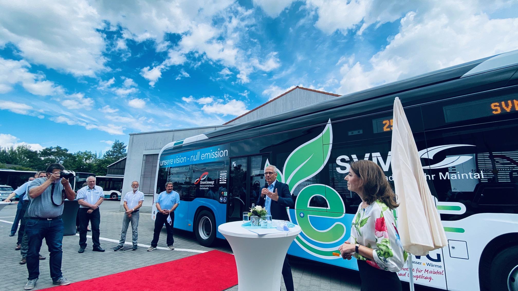 Staatsminister Tarek Al-Wazir bei der offiziellen Vorstellung des Elektrobusses
