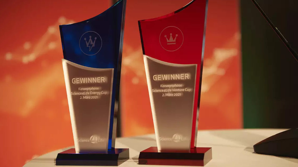 Die zehn Gewinner des Science4Life Venture Cup und die drei Gewinner des Science4Life Energy Cup erhalten ihren Gewinnerpokal per Post (c) Science4Life
